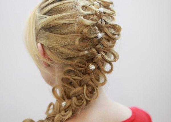 Заколки с украшениями в косе