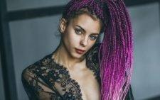 Девушка с фиолетовыми афрокосичками