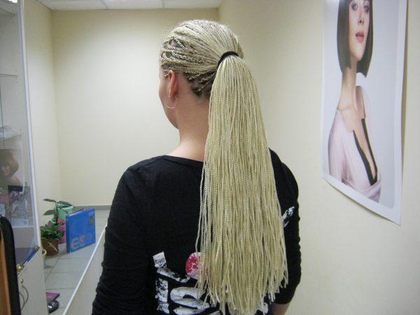 Светлый канекалон на коротких волосах