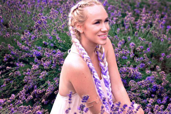 Девушка с косами в лаванде
