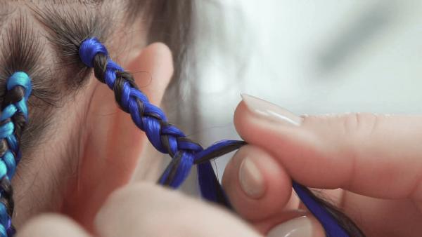 Плетение афрокос с синим канекалоном