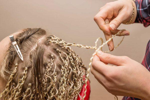 Наращивание прядей во время плетения косичек