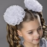 Девочка с двумя хвостиками и белыми бантами