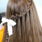 Длинные волосы, украшенные косой и лентой
