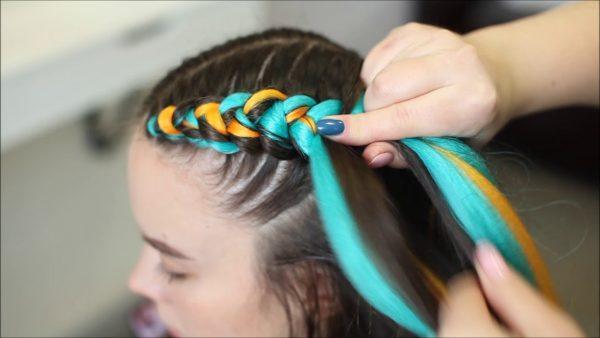 Плетение косы с цветным канекалоном