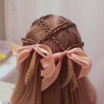 Плетенка из мелких косичек на волосах средней длины с лентами