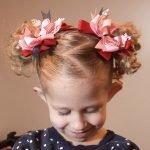 Маленькие хвостики, украшенные цветами из ленточек