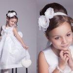 Девочка с высоким пучком на голове, украшенным повязкой с белыми цветами