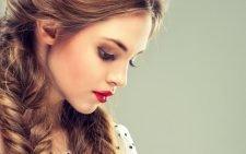 Девушка с красной помадой и двумя косами