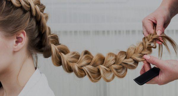 Вытягивают пряди из обратной косы