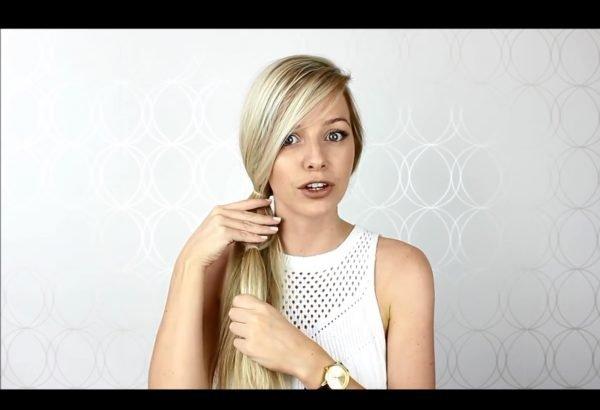 Девушка завязала волосы резинкой