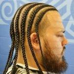 Мужчина с африканскими косичками