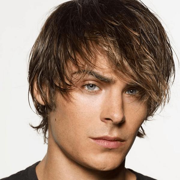 Мужчина с волосами средней длины и причёской шапочка