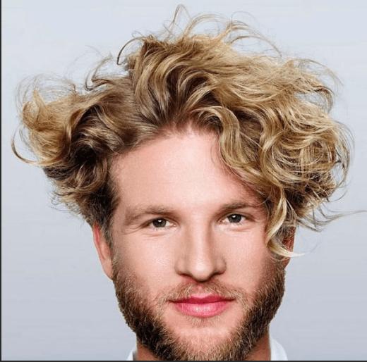 Мужчина с волнистыми волосами
