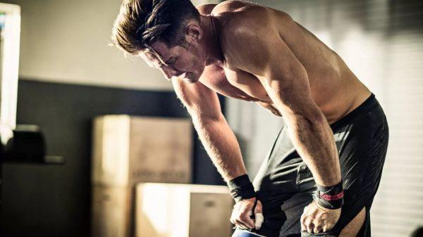 Уставший спортсмен после тренировки