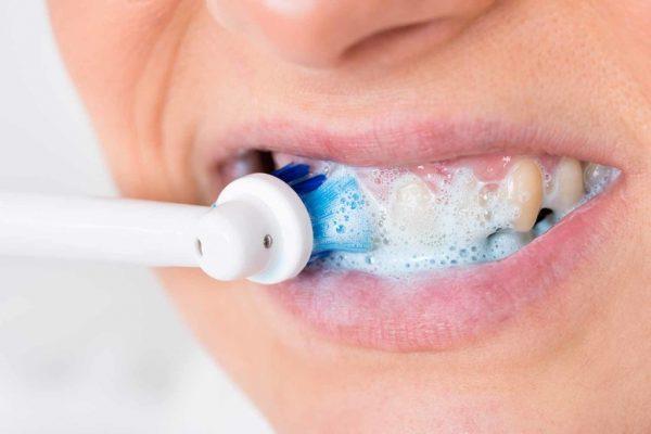 Чистка зубов щёткой