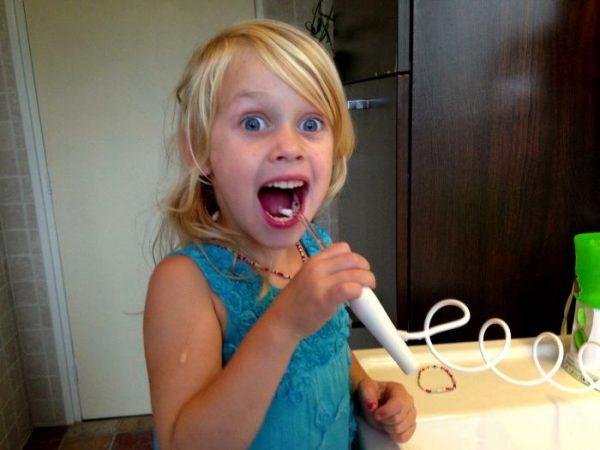 Ребёнок использует ирригатор
