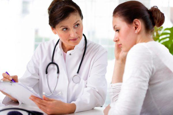 Доктор разговаривает с женщиной