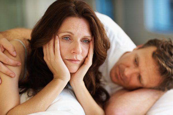 Женщина лежит с мужчиной