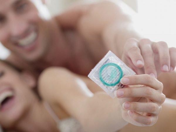 Девушка и молодой человек с презервативом