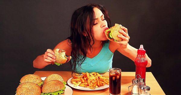 Девушка ест гамгургер