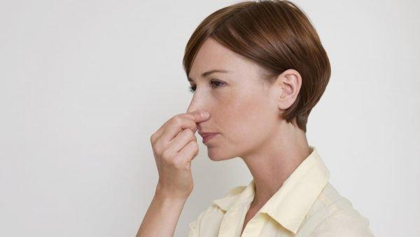 Девушка с зажатым носом
