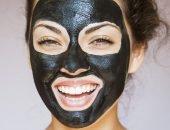 Женщина с чёрной маской на лице