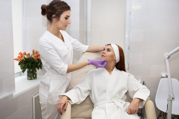 Женщина на консультации у врача-косметолога