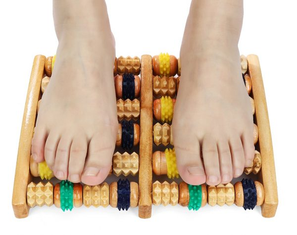 Ноги на деревянном массажёре