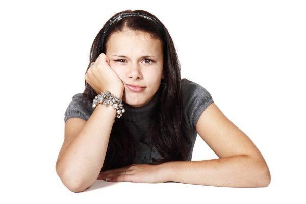 Девушка подпирает лицо рукой