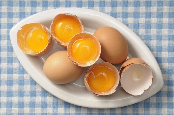 Разбитые яйца в тарелке
