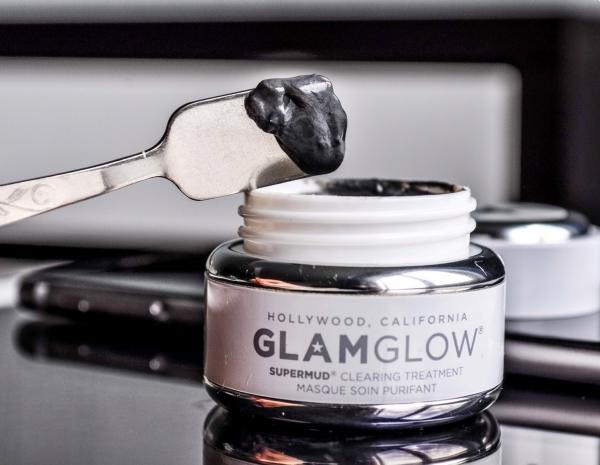 Очищающая маска Supermud от Glamglow в упаковке и на лопаточке