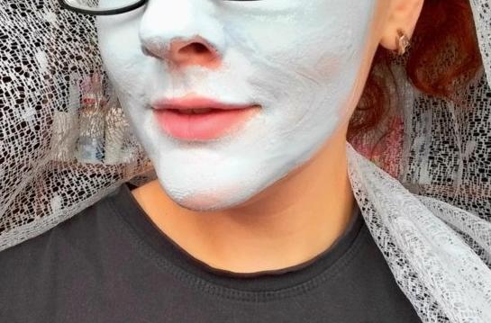 Распаривающая маска «Чистая кожа» от Gatnier на лице девушки
