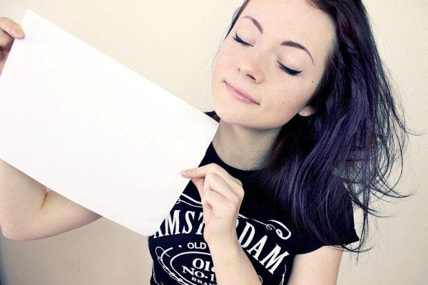 Девушка с белым листом