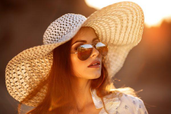 Девушка в шляпе и очках
