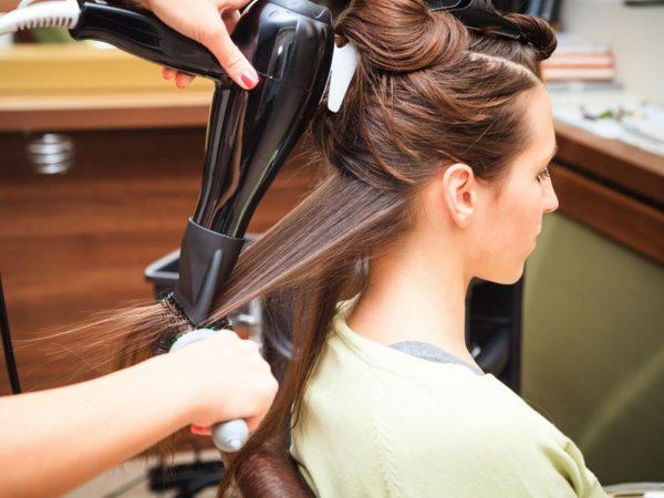 Вытягивание прядей волос феном