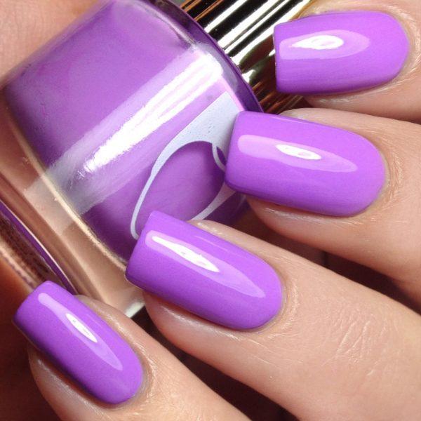 Лак лавандового цвета на ногтях