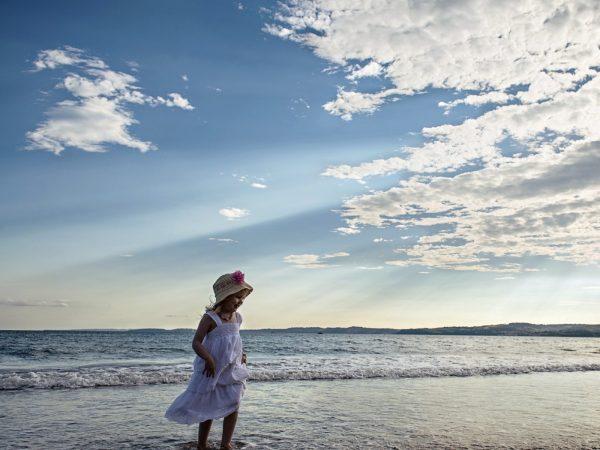 Девочка на море