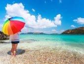 Девушка на пляже под зонтиком