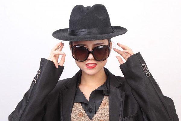 Девушка в шляпе и тёмных очках