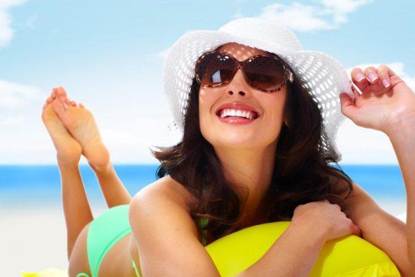 Девушка в шляпе и солнечных очках