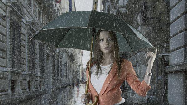 Девушка с зонтом под дождём