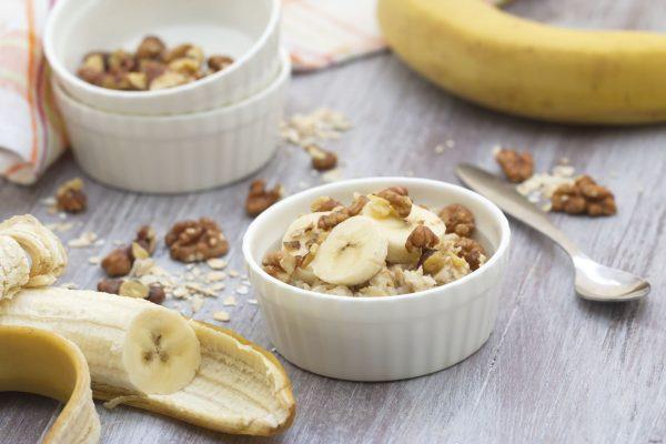 Овсянка с бананом и орехами в белой пиале