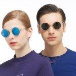 Девушка и молодой человек в круглых очках