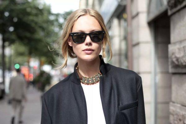 Девушка в пиджаке и солнечных очках