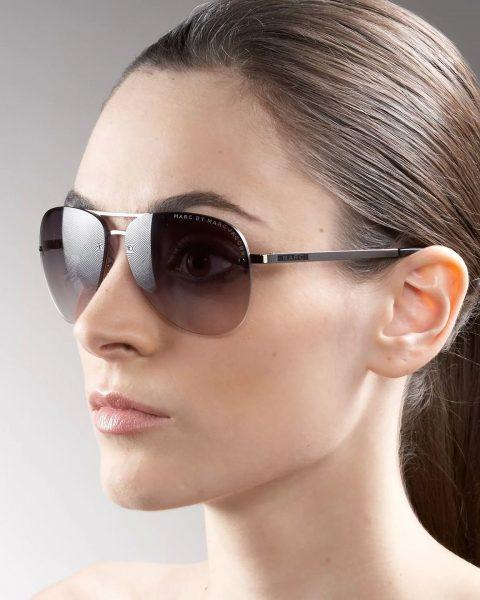 Девушка в очках со стеклянными линзами