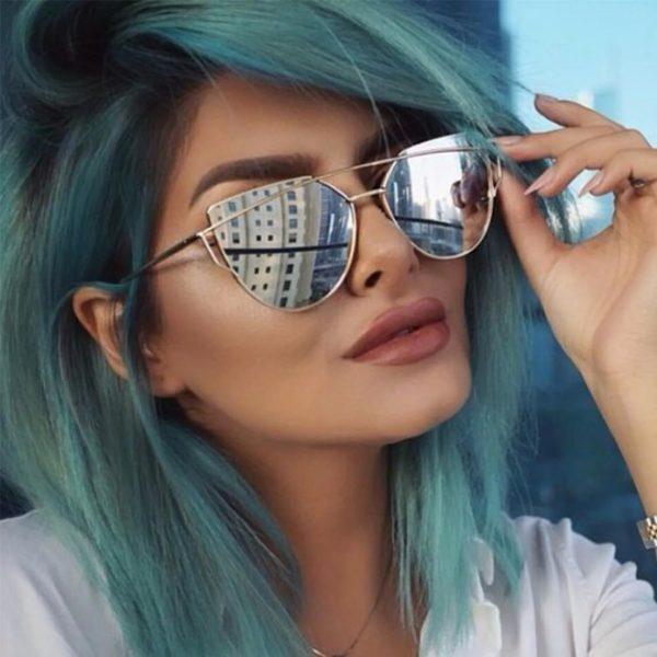 Девушка в очках с серыми линзами