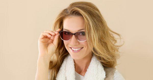 Девушка в фотохромных очках с интересным дизайном