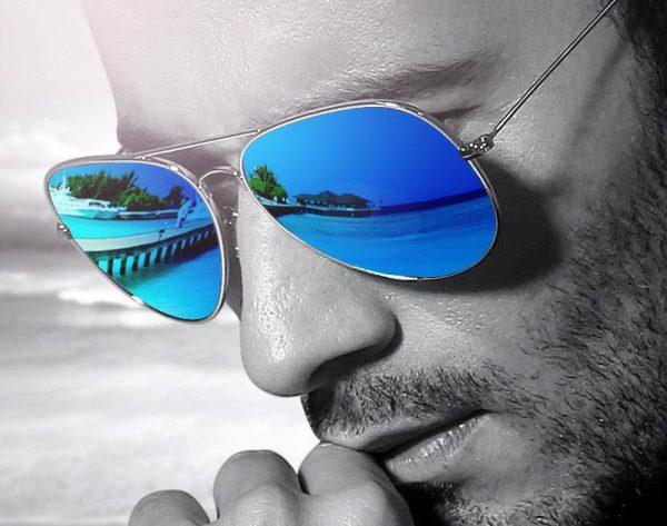 Мужчина в очках с зеркальным покрытием