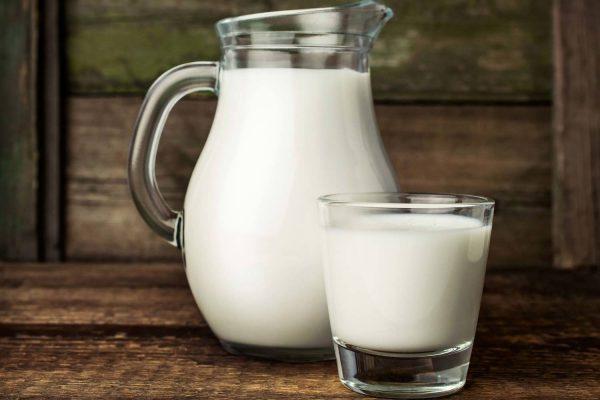 Молоко в стакане и в кувшине